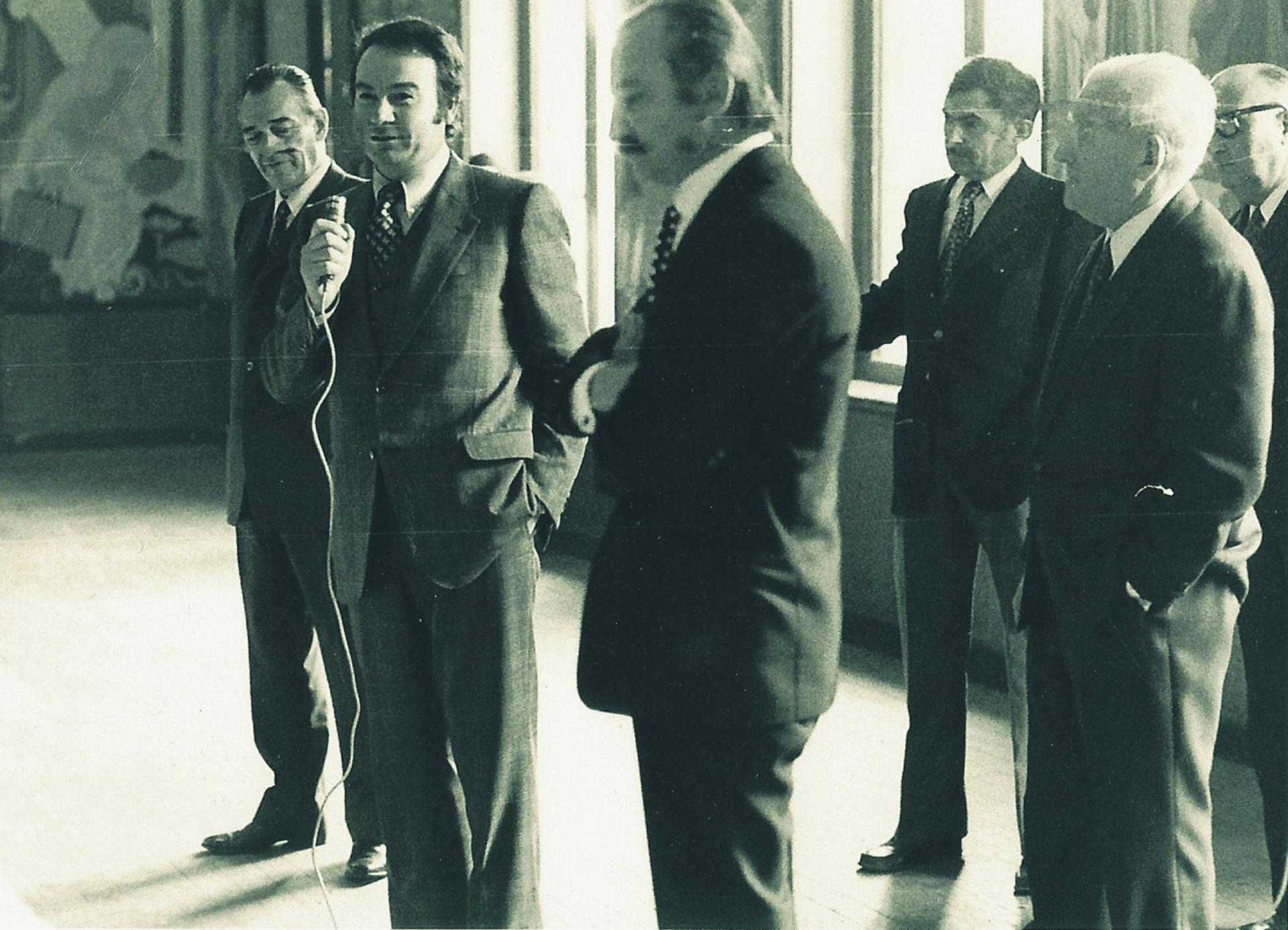 En 1971, à la mairie de FUMEL (47) Christian Bernad expliquant le programme d'aménagement de la vallée du Lot, aux élus du Lot-et-Garonne, en présence du préfet et de Pierre Truteau, Chargé de mission. (DR)